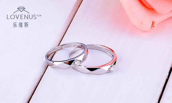 奢华高贵的设计加上浪漫美好的寓意,使戒臂镶钻款钻戒成为众多求婚